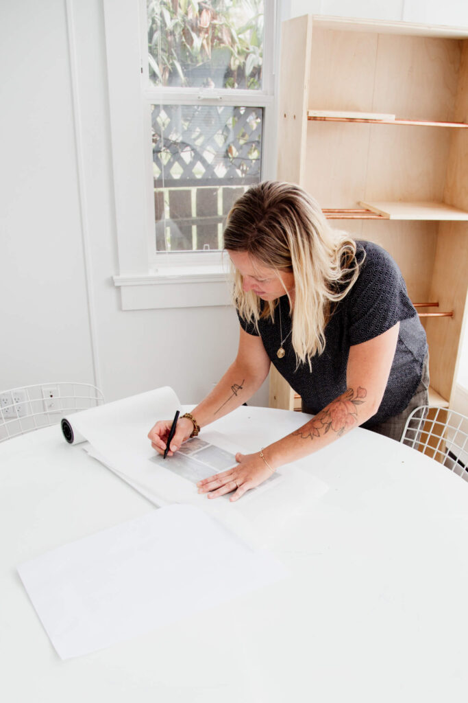 A architect draws a plan on a table.